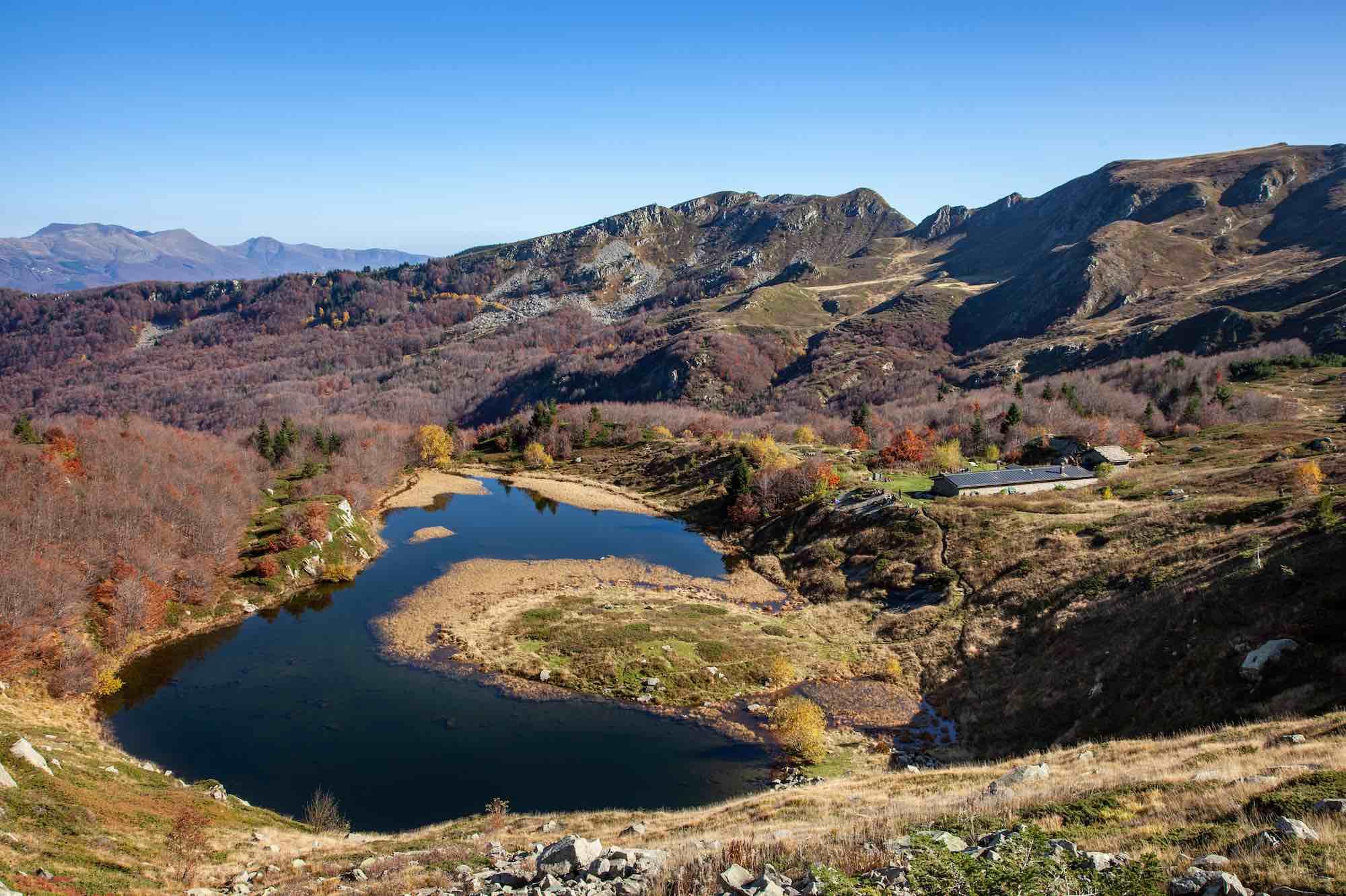 Il Lago Nero si trova sull'Appennino pistoiese, vicino alla località Abetone