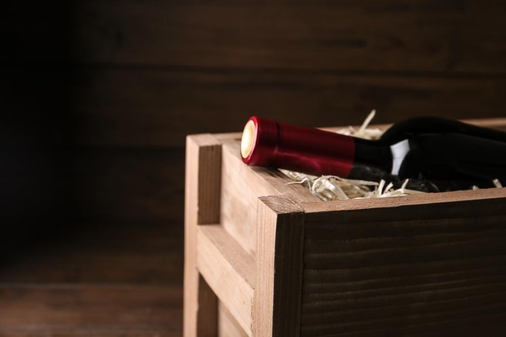 Bottiglia di vino in cassa di legno