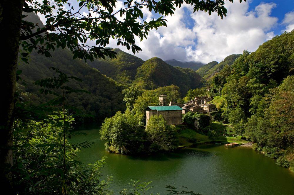 Isola Santa si trova in Garfagnana, uno dei territori più belli della Toscana.