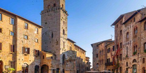 Piazza della Cisterna a San Gimignano è annoverata tra le più belle piazze della Toscana