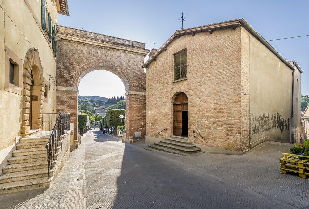 Chiesa all'ingresso del borgo di Chianciano