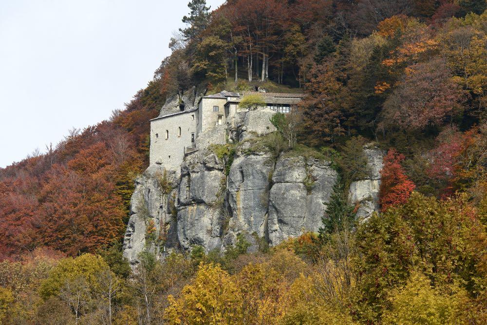 Il santuario de La Verna è uno dei luoghi più mistici della Toscana, dove San Francesco ricevette le stigmate.