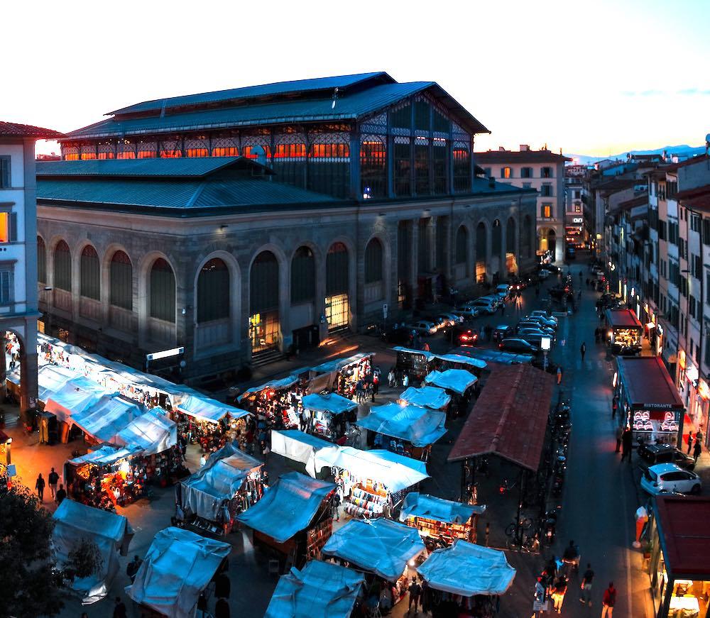 Piazza del Mercato Centrale di Firenze vista da una finestra dei palazzi circostanti.