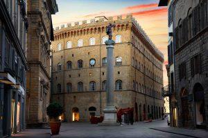 Piazza Santa Trinita è una delle più belle piazze a Firenze