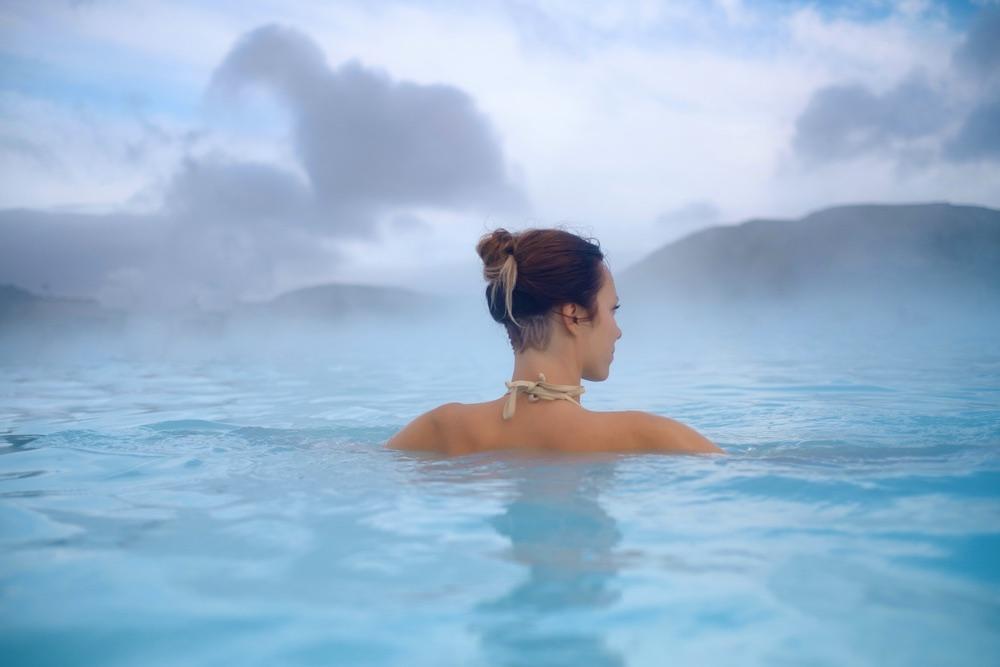 Ragazze immersa in una piscina alle terme i Toscana