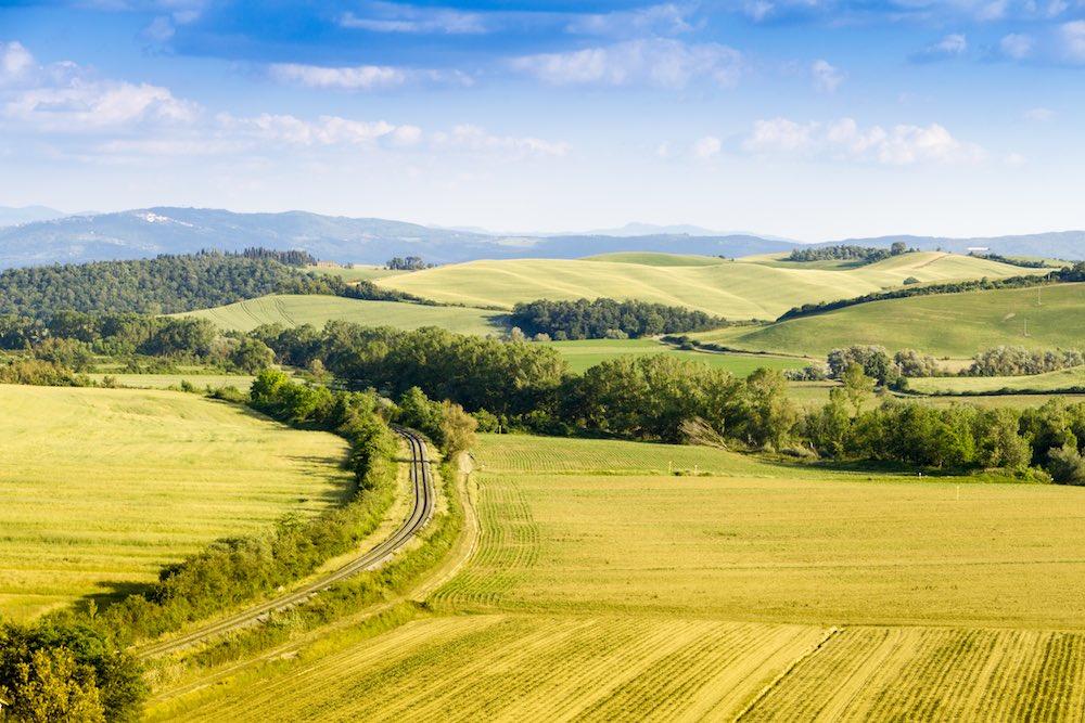 In Toscana si promuove un turismo slow sui treni storici come il Treno Natura nei territori in provincia di Siena