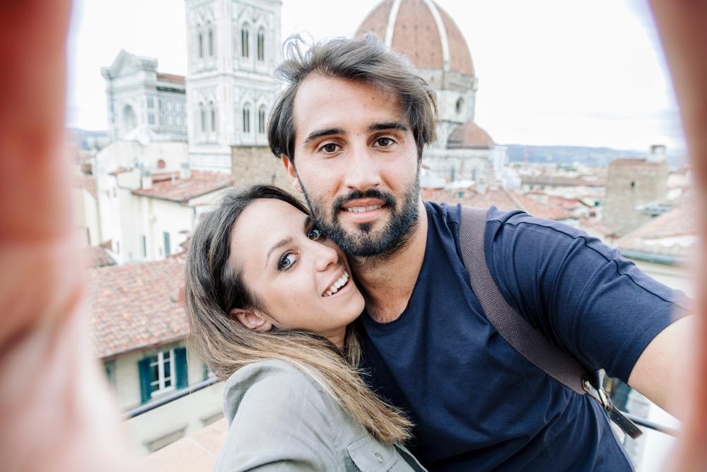 Giovane coppia a Firenze si fa un selfie con dietro il Duomo