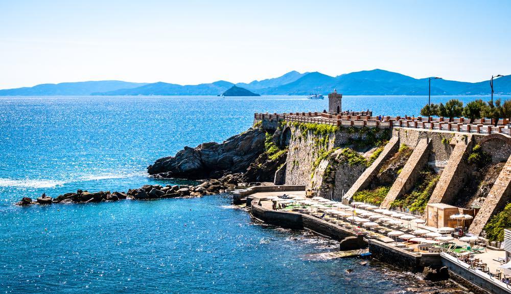 Piazza Bovio a Piombino è una delle piazze più belle della Toscana, con vista sull'Isola d'Elba