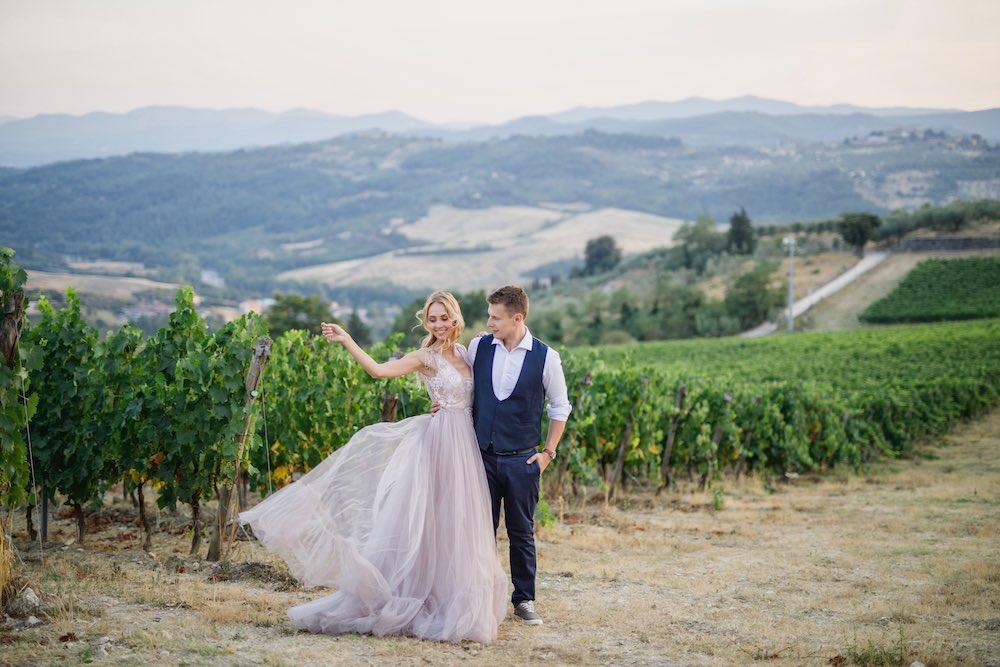 Giovane coppia tra le vigne della Toscana