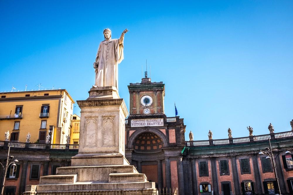 Statua del Sommo Poeta in Piazza Dante a Napoli