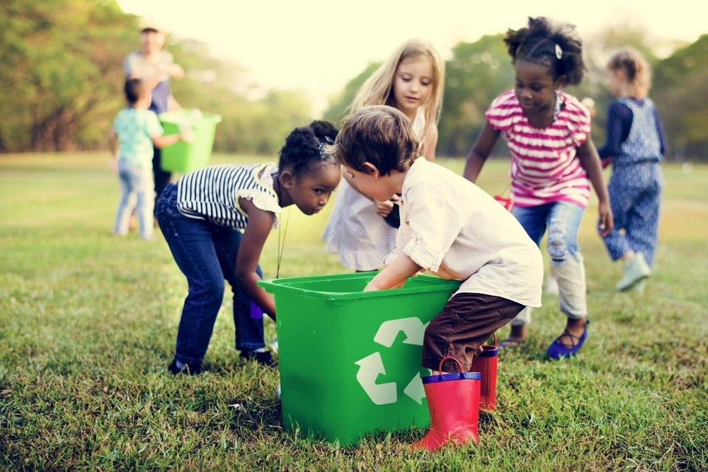 Economia circolare: bambini che riciclano