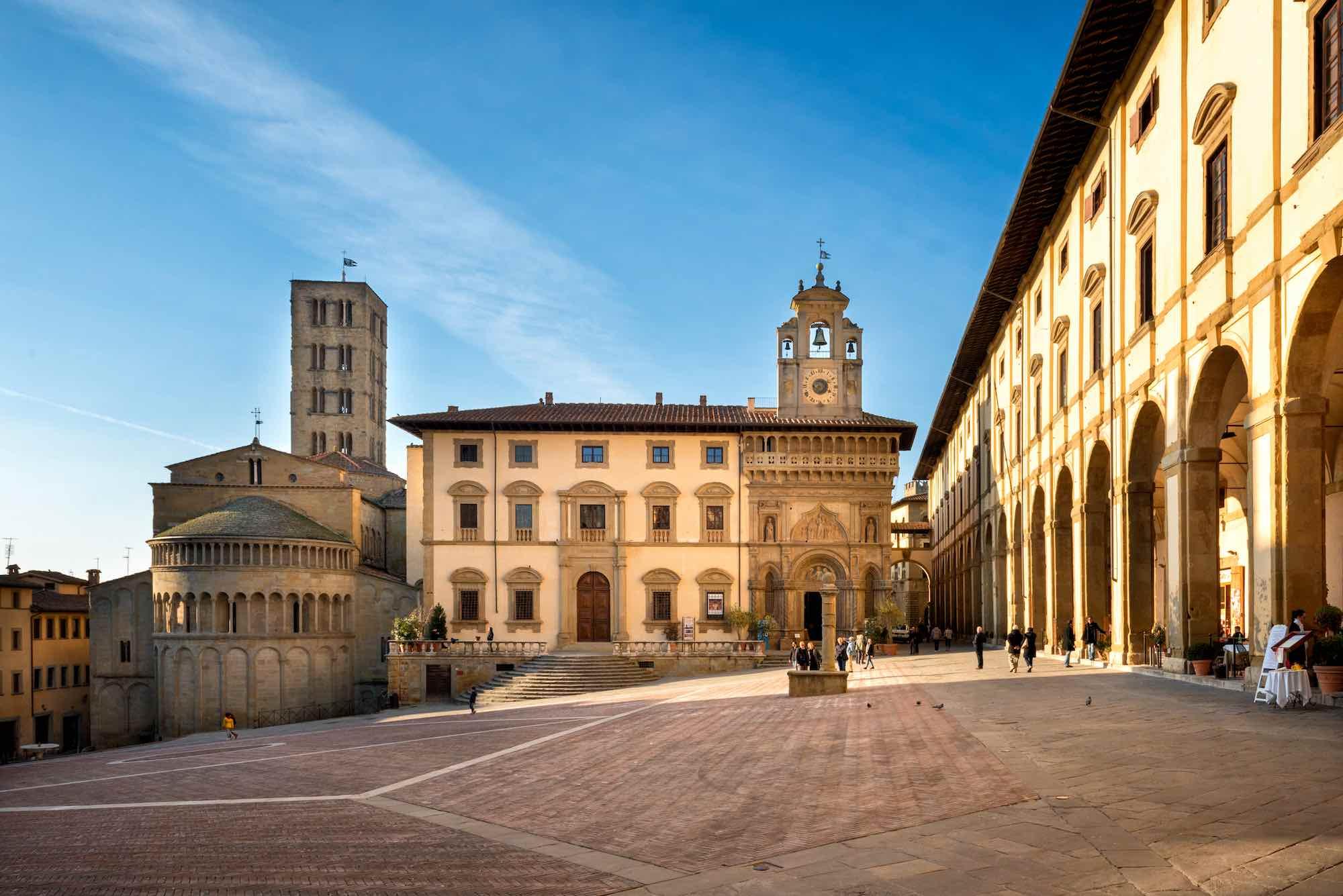 Piazza grande e il retro del Duomo di Arezzo