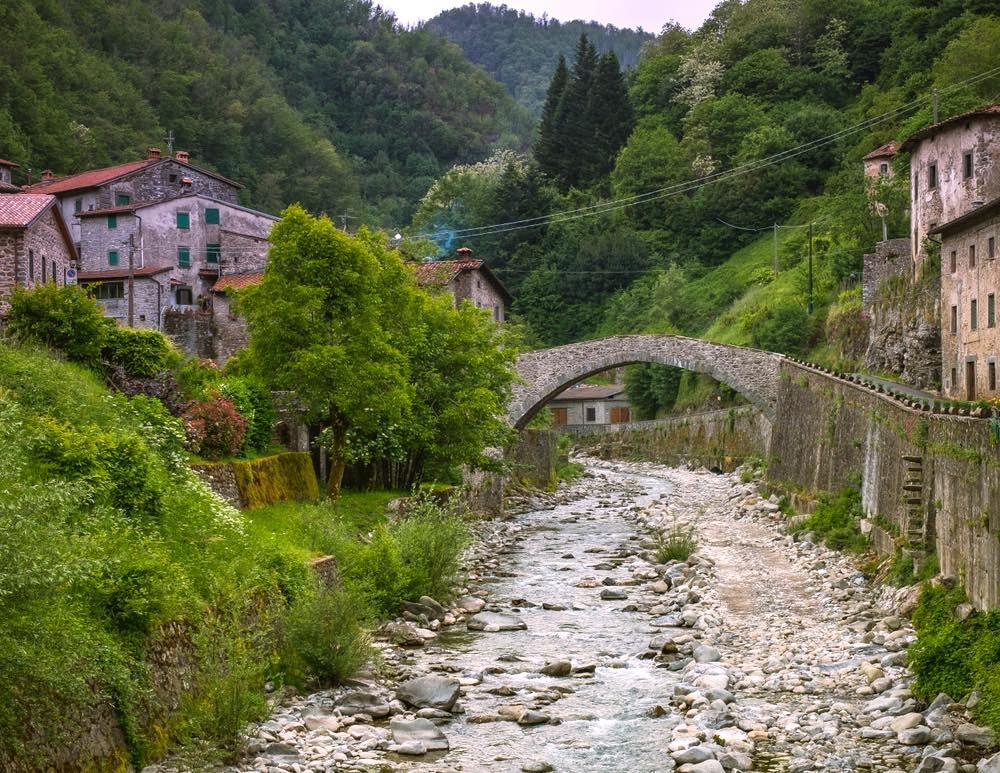 Il ponte di Fabbriche di Vallico nel comune di Fabbriche di Vergemoli in Garfagnana