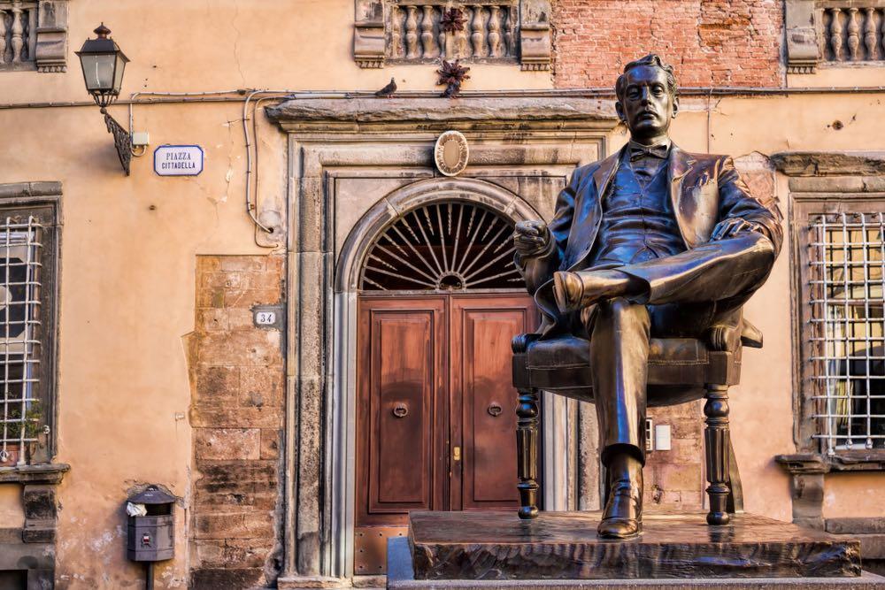 La statua di Giacomo Puccini a Lucca in Piazza della Cittadella