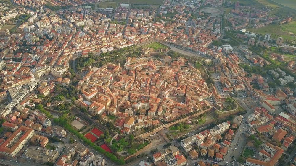 Vista aerea di Grosseto dove si nota la pianta esagonale della città originaria