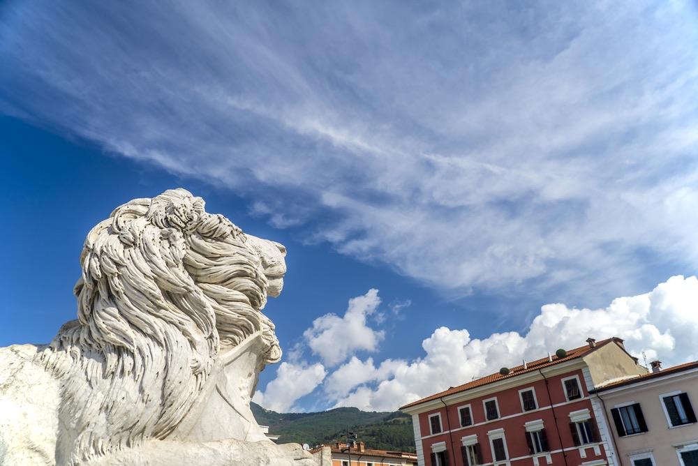 Statua del leone in Piazza Aranci a Massa