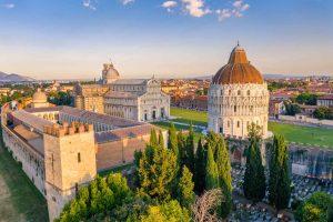 Cosa vedere a Pisa: i monumenti di Piazza dei Miracoli al tramonto