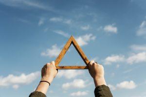 Il significato del triangolo come simbolo del rapporto tra uomo e divino
