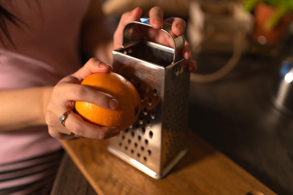 Grattare la scorza dell'arancia