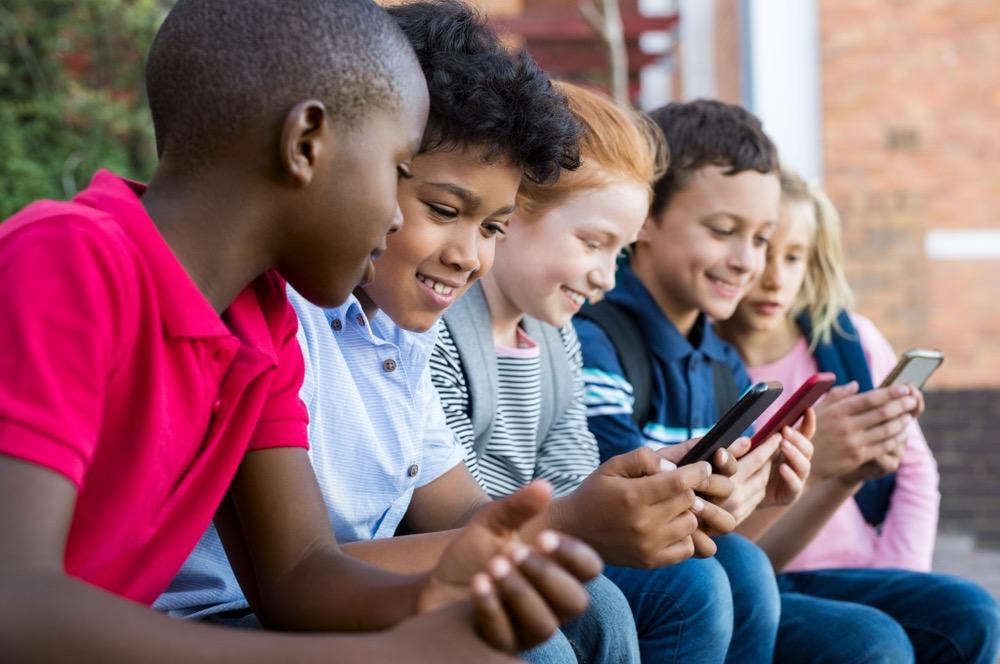 Gruppo di bambini con il cellulare