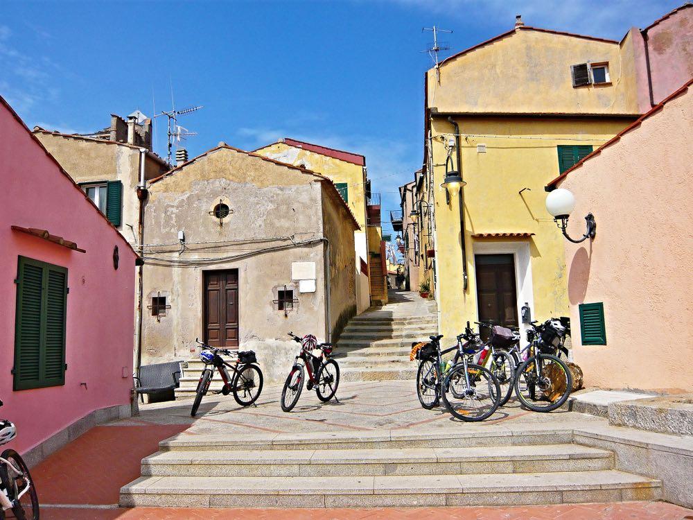 Biciclette parcheggiate a Capoliveri, Isola d'Elba