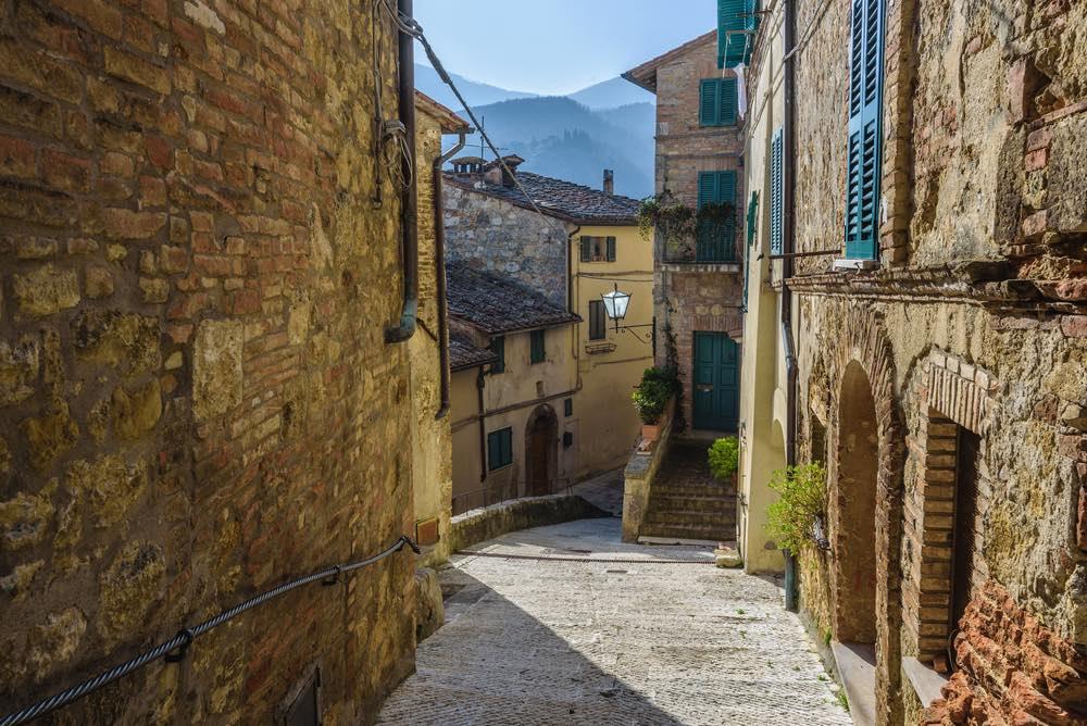 Strada in discesa del borgo toscano di Cetona in provincia di Siena