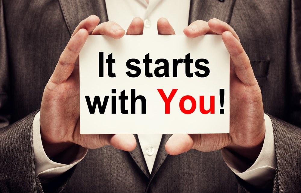 """Cartello con scritto """"It starts with you"""""""