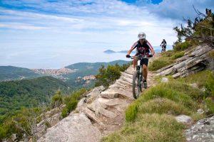 Cicisti in mounain bike all'Isola d'Elba