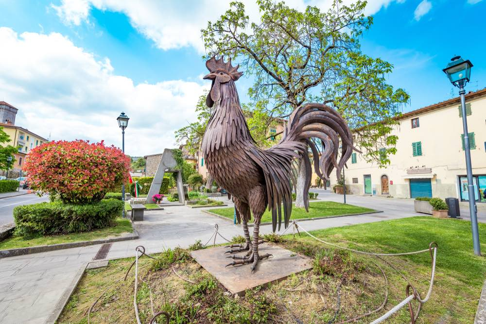 Gallo nero in piazza di Gaiole in Chianti