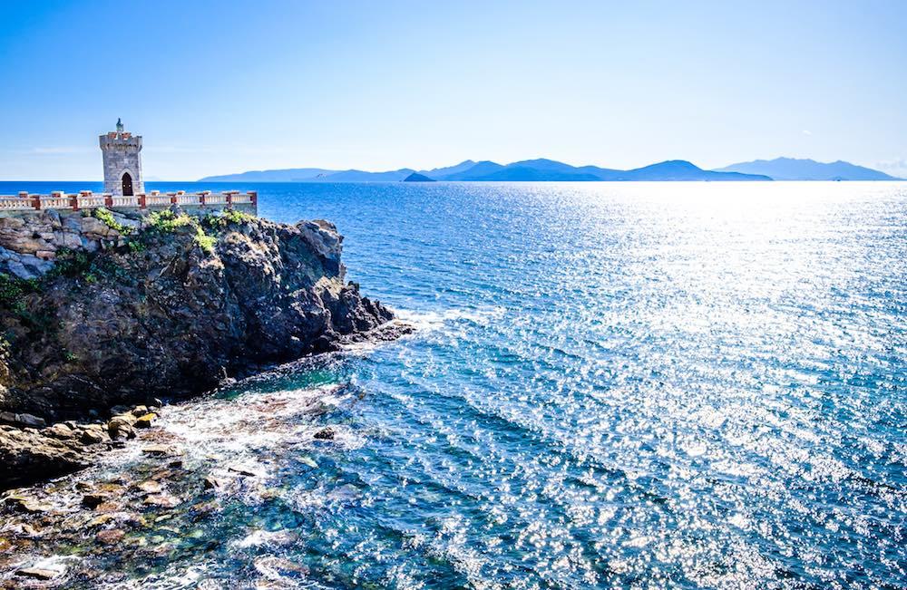 Faro di Piazza Bovio a Piombino con vista su Isola d'Elba