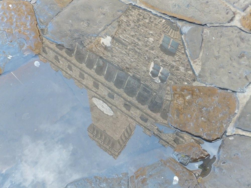 Riflesso di Palazzo Vecchio in una pozza in Piazza della Signoria