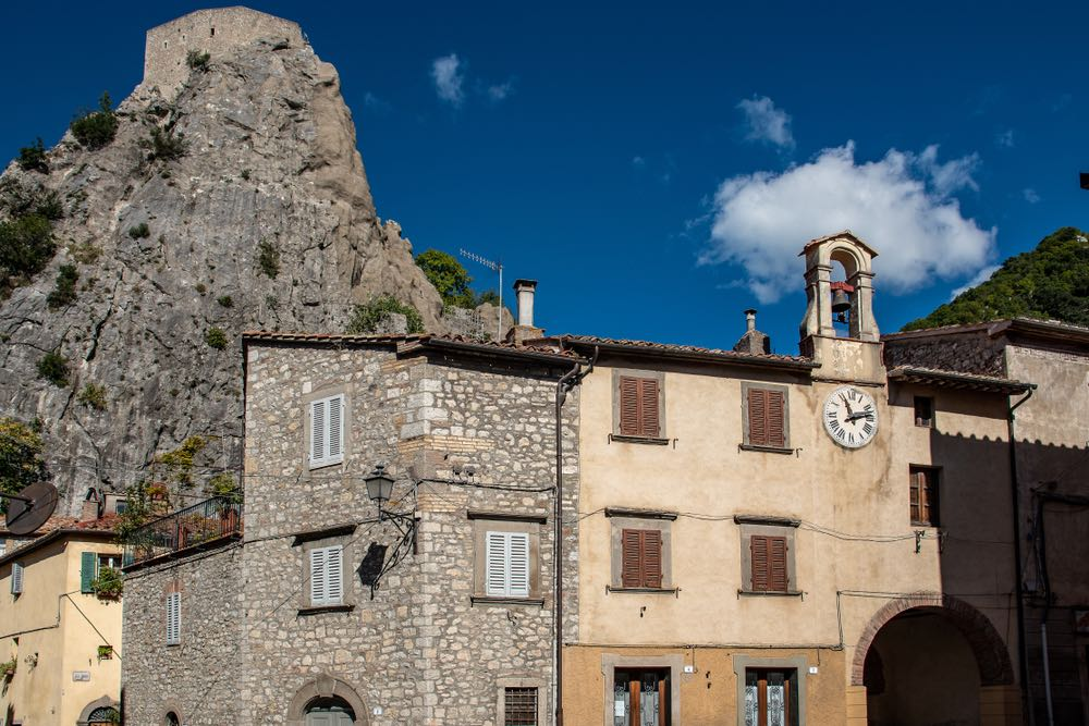 Orologio di Roccalbegna, borgo toscano in Maremma