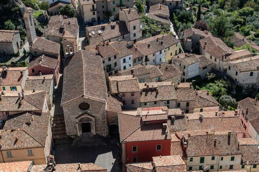 Veduta aerea di Roccalbegna, borgo toscano in Maremma