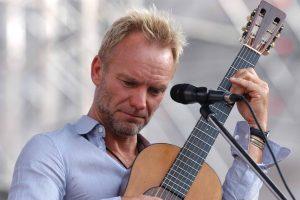 Sting mentre suona la chitarra