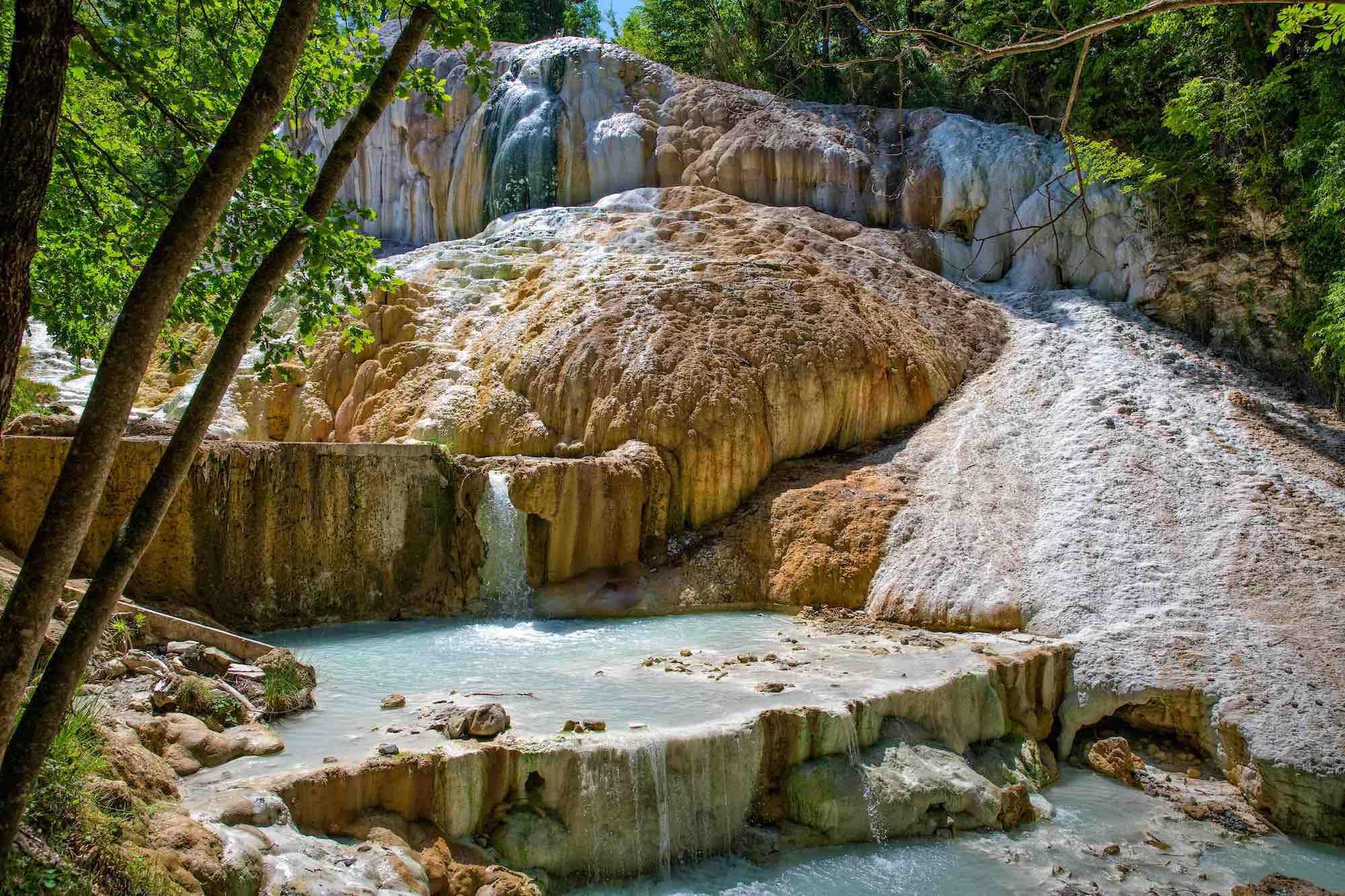 Bagni San Filippo, cascata colorata con acque termali in Val d'Orcia