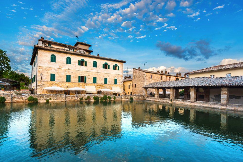 Bagno Vignoni si trova in Val d'Orcia, nel sud della Toscana