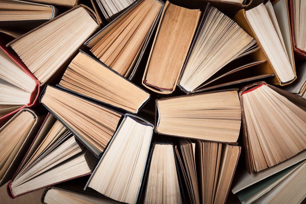 Libri ammucchiati insieme