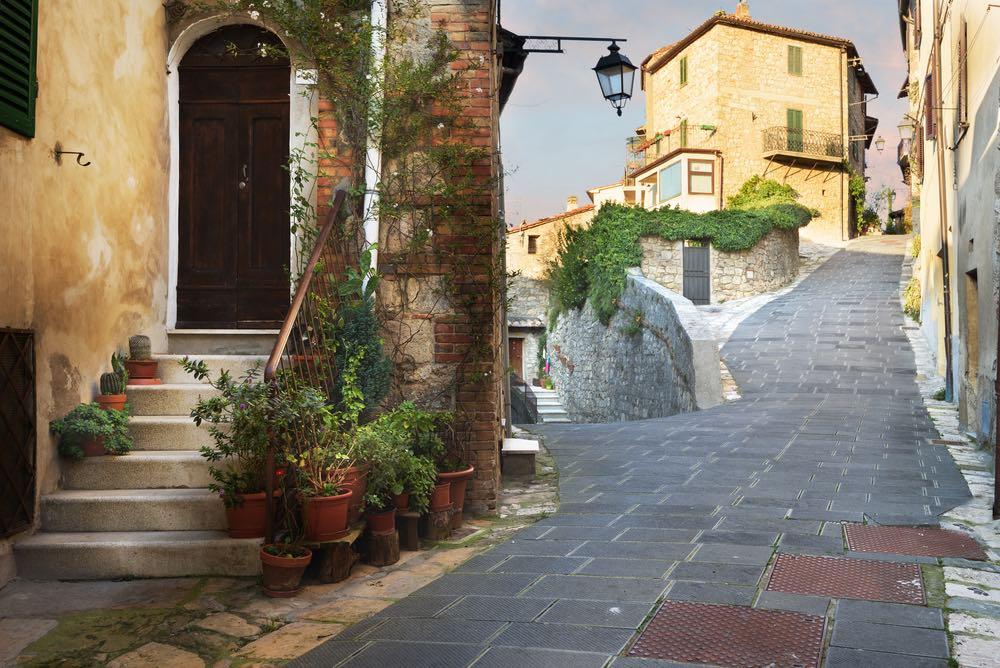 Strada di Sarteano, borgo in Toscana sul Monte Cetona