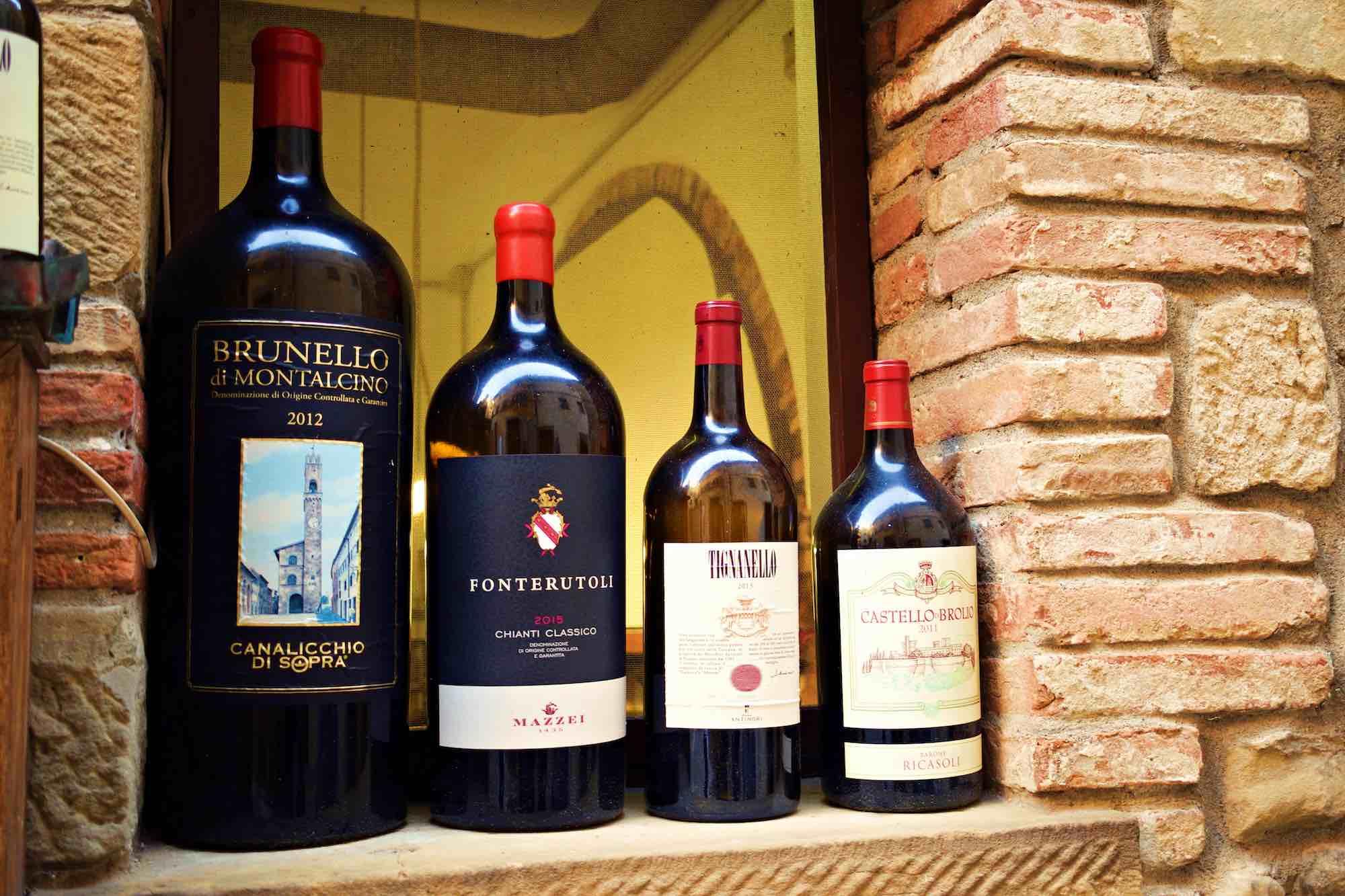 Bottiglie di vini toscani davanti ad un'enoteca a Montalcino