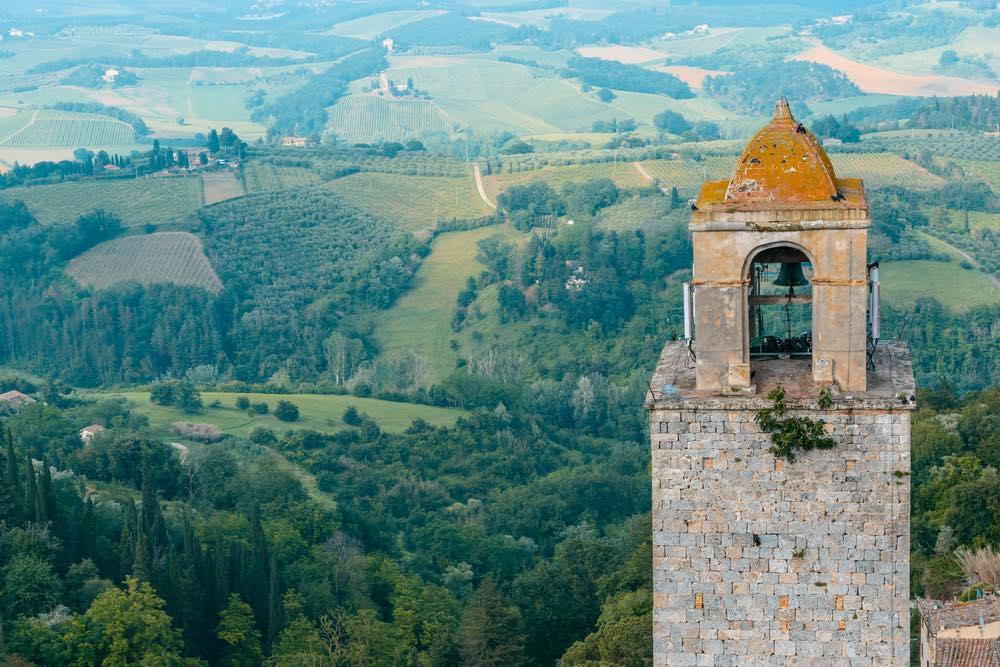 Torre di San Gimignano e campagna toscana