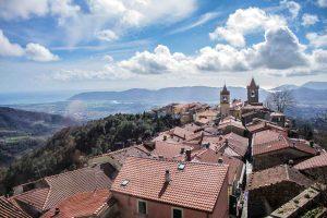 Veduta del borgo toscano di Fosdinovo in Lunigiana, famoso per il Castello Malaspina