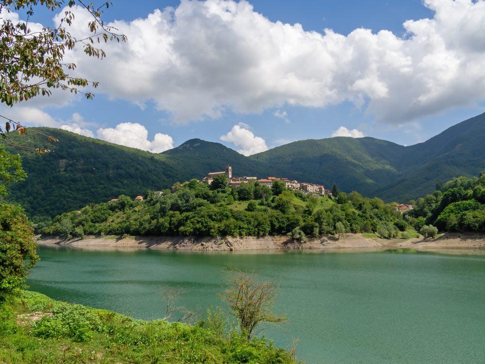 Vagli è un borgo in Garfagnana sulle sponde di un lago artificiale
