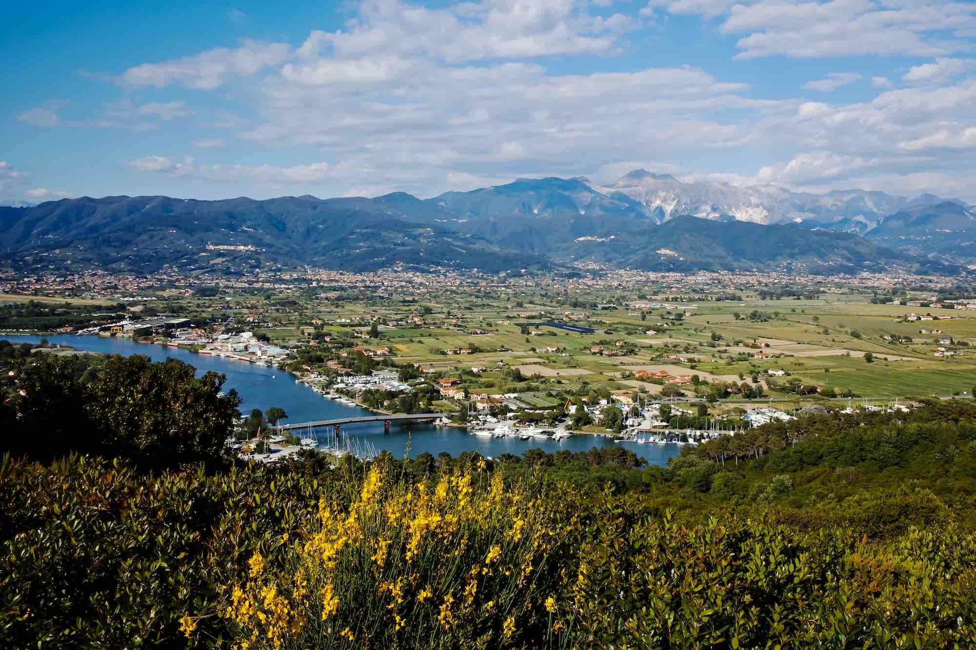 Il fiume Magra segna il confine tra la Versilia e la Lunigiana in Toscana