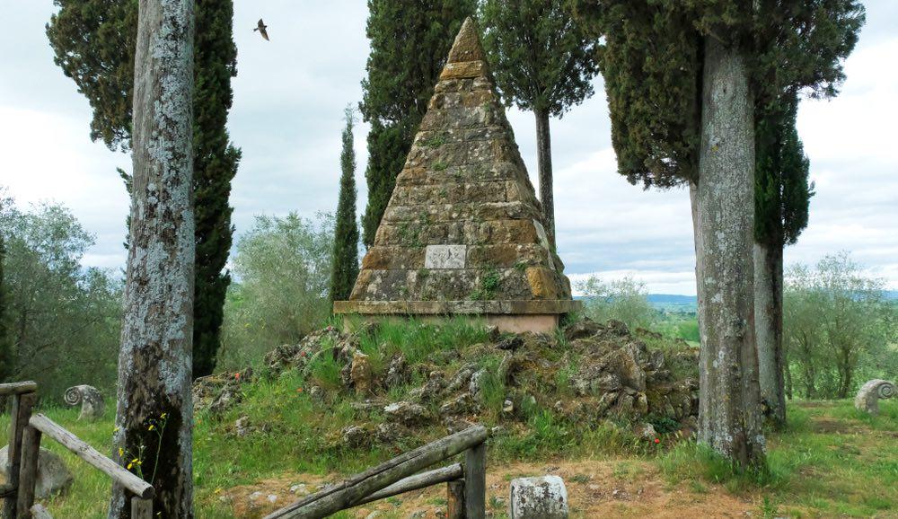 Piramide commemorativa della Battaglia di Montaperti a Castelnuovo Berardenga in Toscana