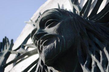 Statua di San Giovanni Battista sulla Chiesa dell'Autosrada del Sole di Giovanni Michelucci
