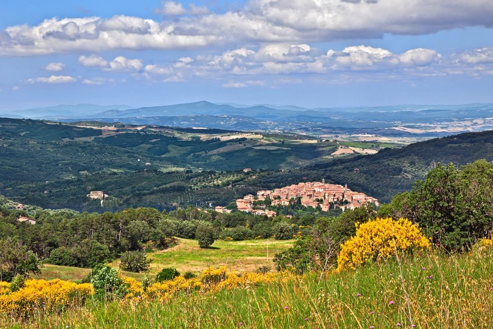 Veduta sul borgo toscano di Seggiano, alle pendici del Monte Amiata