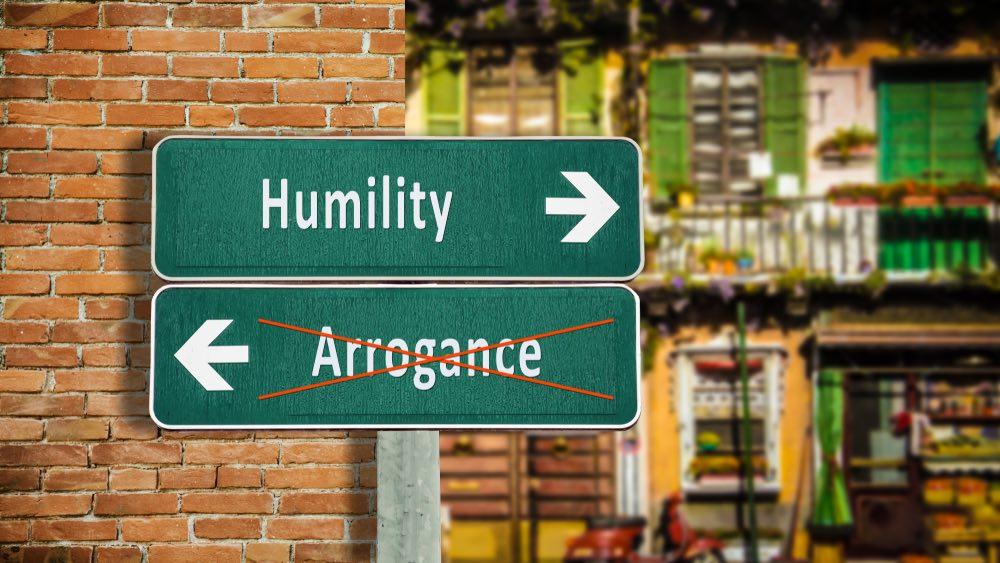 Cartello stradale umiltà versus arroganza