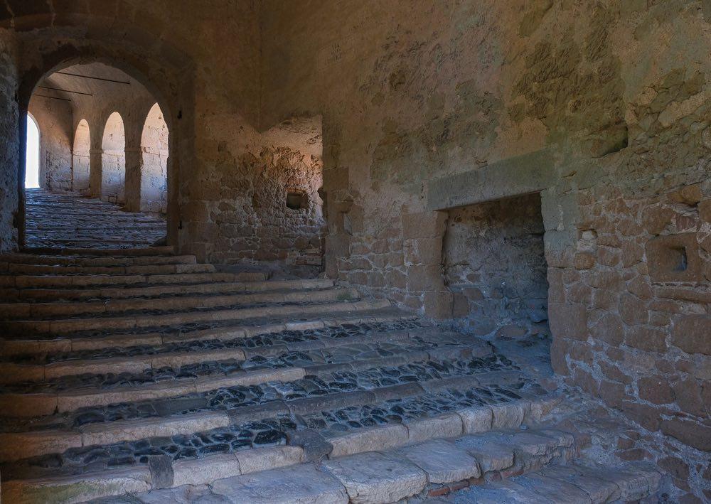 Scale di tufo dentro il castello di Sorano
