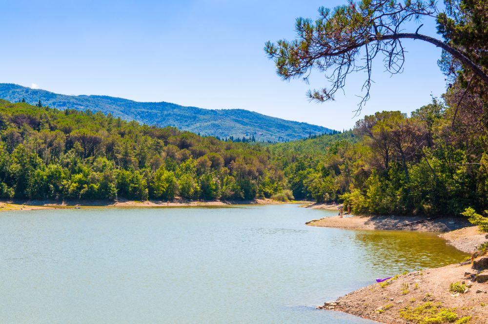 Il lago di Castel Ruggero si trova a Grassina, Firenze, ed è uno dei laghi di Toscana balneabili