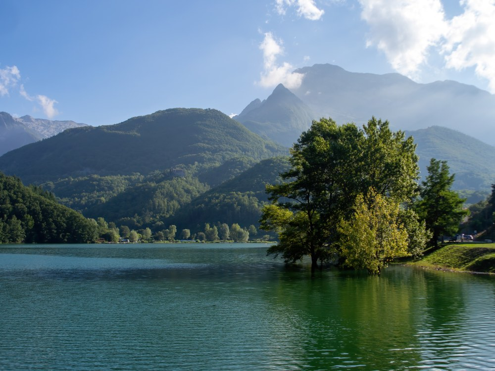 Il Lago di Gramolazzo in provincia di Lucca è uno dei laghi di Toscana balneabili